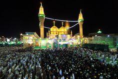 Trabajadores chiitas ponen el Corán en sus cabezas mientras asisten al Lailat al-Qadr (Noche del Destino), en el santuario Imam Musa al-Khadim de Bagdad (Irak). (AFP/AHMAD AL-RUBAYE/VANGUARDIA LIBERAL)