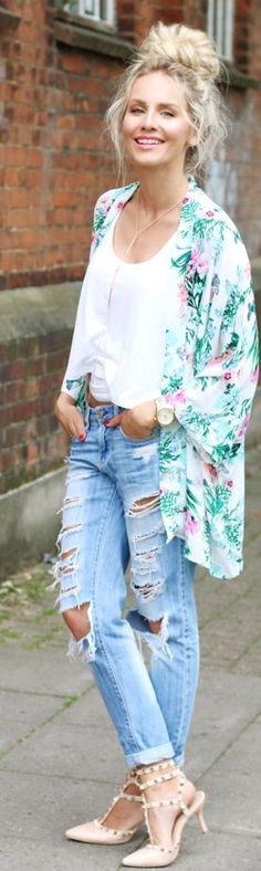 This post shows you how to wear a tropical kimono in combination with ripped boyfriend jeans, a plain white tanktop and a top knot. Spring Summer Fashion, Spring Outfits, Autumn Fashion, Casual Outfits, Fashion Outfits, Fashion Trends, Estilo Hippy, Kimono Outfit, Moda Fashion