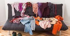 #SOSorganização - Não caia na tentação de ir acumulando roupas em cima da cadeira ou da bicicleta ergométrica. A bagunça no quarto não permite que a pessoa descanse e relaxe completamente. Pendure ganchos atrás da porta do quarto ou do banheiro para as roupas que você ainda pretende usar novamente. Leve para a cesta de roupa suja o que precisa ser lavado e guarde o restante. Assim, em poucos minutos por dia você evita uma grande bagunça.