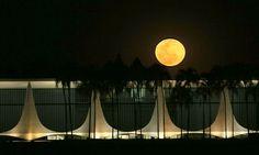 A 'lua azul' ganhou um tom alaranjado sobre o Palácio da Alvorada, residência oficial da Presidência do Brasil, projetado pelo arquiteto Oscar Niemeyer, em Brasília (Foto: AP)