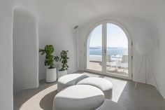 Hotel Saint Luxury Suites & Spa (Griechenland Ia) - Booking.com The Saint, Spa, Santorini Greece, Saints, Luxury Suites, Living Room, Furniture, Home Decor, Perfect Place