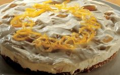 Cheesecake En lækker cheesecake, i to lag, bestående af en sprød macronbund og cremet fromage med flødeost. Den perfekte dessert, når gæsterne skal forkæles.