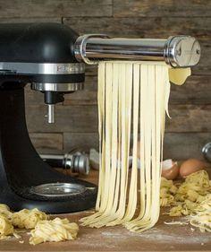 Faire ses pâtes fraiches maison aux oeufs et à la semoule de blé dur - Jujube en cuisine Homemade Pasta, How To Make Homemade, Pasta Maker, Kitchen Aid Mixer, Charcuterie, Parfait, Cool Kitchens, Good Food, Food And Drink