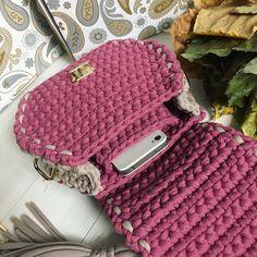 О чем я вчера вам говорила шить в эту сумку подклад - одна мука ☠️а искать телефон на дне сумки (хоть сумка и небольшая) ох, как не хочется. Поэтому именно для этой сумки я сделала внутренний вязаный карман для телефона. Прям жесть, как удобно  поэтому, можно с легкостью сказать, что в #bonito_bags_начинка новинка!  ——— Не забываем про сумочку за 100₽, и про то, что эта красотка в наличии . ——— Всем приятного четверга!
