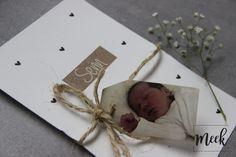 Een geboortekaartje met een fotolabel aan een mooi stuk robuust touw.