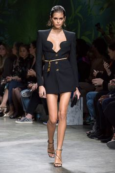 Discover the Women's Spring Summer Collection Fashion Show by Versace. Tailoring, sportswear and effortless glamour. Fall Fashion Outfits, Casual Fall Outfits, Fashion Week, Fashion Models, Fashion Show, Autumn Fashion, Womens Fashion, Fashion Trends, Donatella Versace
