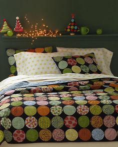 """A DIY idea ~ Circle Applique """"faux quilt"""" ~ I can see all the color possibilities! Even multi-sized random circles! Patchwork Quilt, Applique Quilts, Circle Quilts, Quilt Blocks, Quilting Projects, Quilting Designs, Snowball Quilts, Quilt Modernen, Quilt Making"""