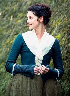 (note how her kerchief is tucked into her bodice) Claire Randall/Caitriona Balfe from Outlander 1x05 The Rent