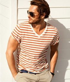 I love orange with a hint of blue in an outfit. It looks great :) Men's Fashion, Fashion Outfits, Style Brut, Men's Style, Tee Shirt Homme, Adidas, Gentleman Style, V Neck T Shirt, Sexy Men