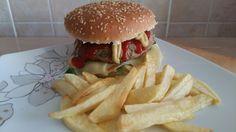 Hamburger de vita cu cartofi prăjiți.