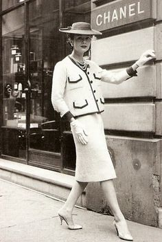 In Coco Chanel herself launched the suit as a sort of reaction to the New Look by Christian Dior- a vintage photo of Gabrielle herself our front of her store rocking one of her own tweed suits. Chanel Vintage, Vintage Glamour, Vintage Couture, French Fashion, Timeless Fashion, Retro Fashion, Vintage Fashion, 1950s Fashion Women, Elegance Fashion
