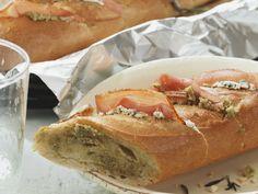 Grillbaguette mit Käse und Schinken   Zeit: 15 Min.   http://eatsmarter.de/rezepte/grillbaguette-mit-kaese-und-schinken