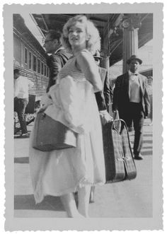 Actual black and white photo of Marilyn Monroe at the train station with Arthur Miller. Young Marilyn Monroe, Norma Jean Marilyn Monroe, Marilyn Monroe Photos, Hollywood Actresses, Old Hollywood, Hollywood Glamour, Classic Hollywood, 23 Mai, Joseph