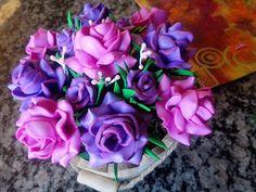 Herthal art's:    vaso de mini rosas roxas e rosas feito com e.v....