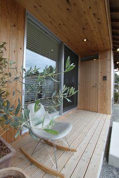 天気がいい日は、玄関前のウッドデッキで日向ぼっこ。 Japanese Home Design, Japanese House, Home Room Design, House Design, Triangle House, Natural Interior, House Landscape, Forest House, Decoration Design
