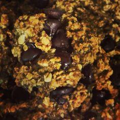 Biscuit santé banane-choco   Recette: 3 bananes en purées, 1/3 T de compote de pommes non-sucré, 2 T flocons d'avoine instantanés, 1/4 T lait soya, 1/2 T brisures de chocolat noir, 3 c. à soupe de sirop d'érable, 1 tsp vanille, 1 tsp cannelle Préchauffer le four à 350F. Mélanger tous les ingrédients et à l'aide d'une c. à soupe faire 36 boules, déposer sur une plaque graissée. Écraser légèrement les boules à l'aide d'une fourchette. Cuire 20 min. 1 biscuit= 40 cal & 7.5 glucides.