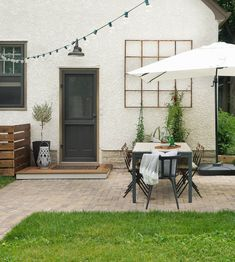 DIY How To Lay a Level Brick Paver Patio. Laying a brick paver patio in your backyard is a low maintenance and beautiful way to create an al fresco. Diy Patio, Backyard Patio, Backyard Landscaping, Patio Ideas, Backyard Ideas, Landscaping Ideas, Boxwood Landscaping, Walkway Ideas, Bbq Ideas