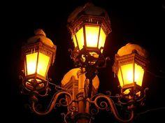 Ночные фонари под шапкой снега
