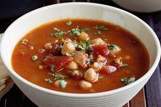 Vegetarian harira || ui, knoflook, tomatenblokjes, groentebouillon, kikkererwten, linzen, limoensap, kruiden: komijn, cayennepeper, gemberpoeder, eventueel: pitabrood