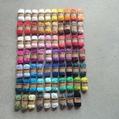 FREDAGSSLIK på en mandag!  Små labre 25 g's nøgler af merceriseret bomuld i 69 forskellige nuancer. 10 kr/stk.  Perfekte til små amigurumis, punge, sleeves, you name it..! Indtil videre kan de købes i butikken. Fra sidst på ugen også på nettet.  #scheepjescatona #amigurumis #hækletlegetøj #yarnfreak