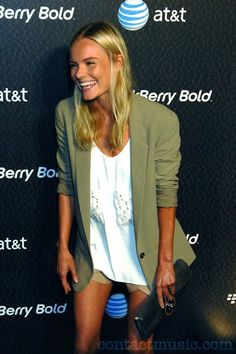 love the colours of outfit with the blonde hair, love her tan and toned skinny legs