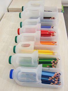 Organize lápis e canetas com galões plásticos
