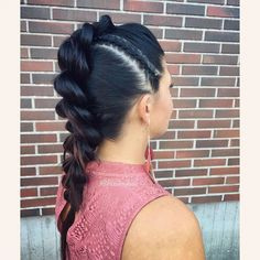 "Heli sanoo Instagramissa: ""A regular #pullthroughbraid gets a rocking twist with a single #cornrow on the side 🤘👌 . . . #braidinghair #braidideas #braidingbad…"""