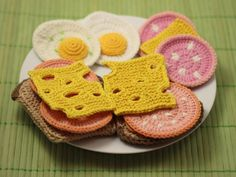 Food crochet patterns can be a guide for making a delicious item of foods. You can turn the real food design into a crochet food design. Crochet Amigurumi, Crochet Food, Crochet Crafts, Crochet Projects, Free Crochet, Knit Crochet, Knitting Patterns, Food Patterns, Crochet Stitches