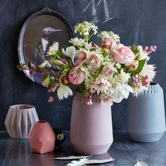 Blumenstrauß aus Amazonaslilien, Proteen, Rosen, Schneebeeren, Nelken