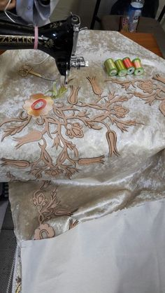 Lace Making, White Decor, Sewing Hacks, Machine Embroidery, Jumpsuits, Table Decorations, Crochet, How To Make, Crafts