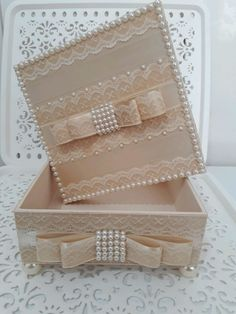 Caixa mdf com pérolas no Diy Gift Box, Diy Gifts, Crochet Waffle Stitch, Diwali Diy, African Crafts, Wooden Gift Boxes, Decoupage Box, Wine Bottle Crafts, Storage Boxes