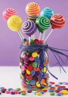 Centro de mesa com pirulitos e confeitos - todo colorido | Macetes de Mãe