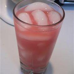 Vodka con jugos de arándano y toronja servidos sobre cubos de hielo. Este coctel es tan refrescante como la brisa del mar.