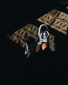 New Ideas For Sneakers Outfit Vans Black Girls Sneakers, Best Sneakers, Black Sneakers, Aesthetic Shoes, Aesthetic Girl, Girl Photography Poses, Tumblr Photography, Foto Mirror, Sneakers Street Style