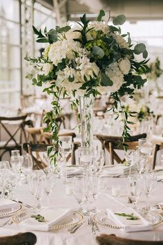 An enchanting summer wedding in Montreal - Wedding Idea .- Eine bezaubernde Sommerhochzeit in Montreal – Wedding Ideas An enchanting summer wedding in Montreal – Wedding Ideas wedding - Lilac Wedding, Floral Wedding, Wedding Colors, Wedding Bouquets, White Bouquets, Glamorous Wedding, Wedding Table Centerpieces, Centerpiece Ideas, White Flower Centerpieces