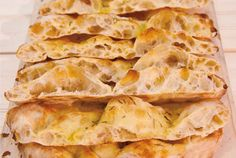 Scrocchiarella pizza recipe- Ricetta della pizza scrocchiarella The recipe of the Roman scrocchiarella pizza, in pan, crunchy and very good. One of the classic street food of Rome to prepare at home, for a snack or for a quick dinner in front of the TV. Pizza Recipes, Wine Recipes, Snack Recipes, Recipe Of Bread Pizza, Italian Food Restaurant, Focaccia Pizza, Snacks, My Favorite Food, Italian Recipes