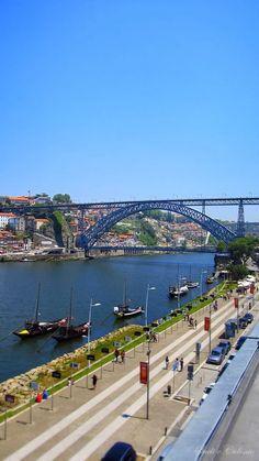 Descanse o olhar sobre Porto e Gaia na companhia do melhor vinho.