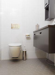Klassiset laatat antavat kylpyhuoneelle ajatoman ilmeen. Klikkaa kuvaa, niin näet tarkemmat tiedot. Home Projects, Toilet, Beige, Bathroom, Home Decor, Washroom, Flush Toilet, Decoration Home, Room Decor