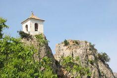 Planté sur un piton rocheux de 500 mètres de hauteur, Guadalest en Espagne se compose de maisons aux façades blanches etdu château de San J...