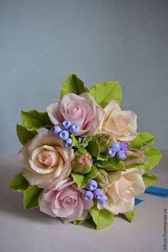 Купить или заказать Букет из роз в интернет-магазине на Ярмарке Мастеров. Нежный легкий, миниатрный букетик может стать прекрасным дополнением к свадебному образу, подоидет для тематических фото сессии, если развязать ленту - украсит вашу квартиру. Все цветы, листья, ягодки -полностью ручная работа.