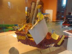 Een VOC schip van klei. Met geeltjes hebben de kinderen de onderdelen van het schip aangegeven.