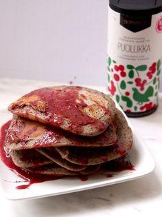 Meheviä pannukakkuja ja raikkaan puolukkakastikkeen kera. Pancakes, Breakfast, Food, Morning Coffee, Essen, Pancake, Meals, Yemek, Eten