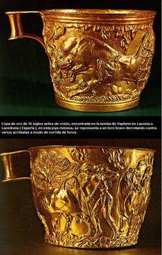 Copa de oro de 15 siglos antes de Cristo, encontrada en la tumba de Vapheio en Laconia (Esparta), en esta joya minoica se representa al toro bravo derrotando contra varios acróbatas.