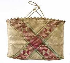 ME014450 Kete Whakairo (bag) Flax Weaving, Basket Weaving, Traditional Baskets, Maori Designs, Maori Art, Plant Fibres, Art Bag, Weaving Patterns, Knitted Bags