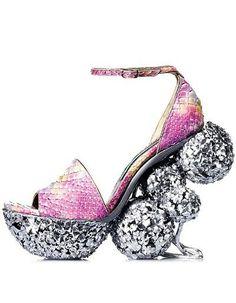 Buty z tworzywa imitującego rybią łuskę na niecodziennej koturnie #pinkshoes #sparklingshoes #crazyshoes