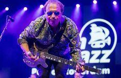 De tweede dag van North Sea Jazz begon gisteren met een feest der herkenning. Level 42-frontman Mark King slingerde hit na hit de grote Nile-zaal in. Love games, It's over, Hot water, Running in the family...(09-07-'16)