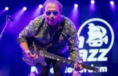De tweede dag van North Sea Jazz begon gisteren met een feest der herkenning. Level 42-frontman Mark King slingerde hit na hit de grote Nile-zaal in. Love games, It's over, Hot water, Running in the family...(09-07-'16)