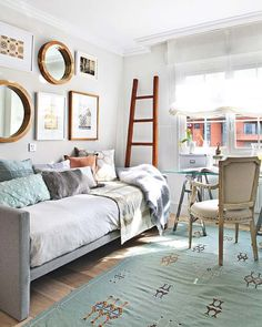 Studio + guest room - Daybed, bright & sunny, light blue and white « The Chic Site
