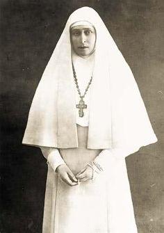 Nieta. Santa  Elizabeth ( Santa de la iglesia ortodoxa). Hija  del Gran Duque Luis IV de Hessen-Darmstadt y de la princesa Alicia, hija de la Reina Victoria de Inglaterra.