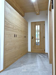 Vestavná šatní skříň, moderní plochá dvířka s navazující kresbou dřeva, úchyty černé mušle, dubový masiv, drásaný, nástřik transparentní lak s natur efektem. #masiv #drevo #dub #vestavna #satni #skrin #vestavnaskrin #lak #naturefekt #natur #efekt #design #chodba #moderni #kresbadreva #wood #dvere #fosnove #dklo #musle #cerna Divider, Garage Doors, Outdoor Decor, Furniture, Home Decor, Decoration Home, Room Decor, Home Furnishings, Home Interior Design